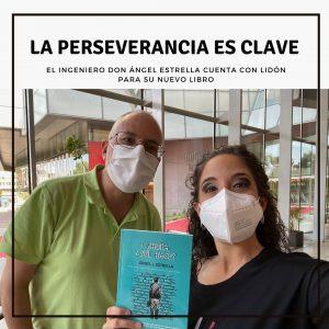 """Ángel Estrella y Lidón Patiño posan junto al libro recién publicado de Ángel, """"Y ahora, ¿Qué hago?"""""""